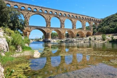 14560399-l-aqueduc-romain-du-pont-du-gard-pres-de-nimes-languedoc-france-europe-de-l-unesco-au-patrimoine-mon